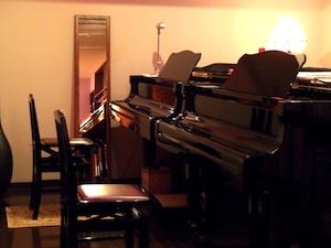 グランドピアノが2台並ぶ快適なレッスン室